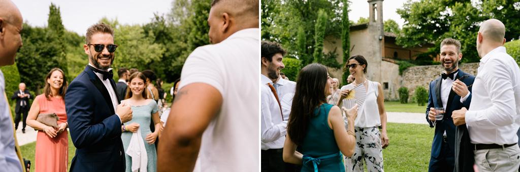Lo sposo parla con gli invitati nel giardino del Convento dell'Annunciata di Medole