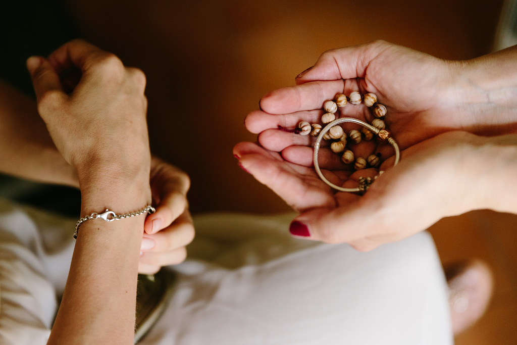 La sposa si toglie i bracciali