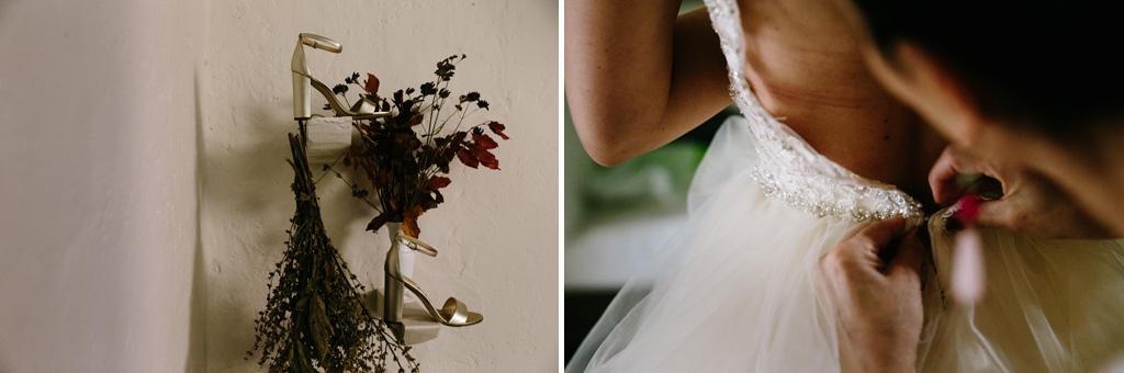 Still life delle scarpe della sposa e le amiche allacciano il vestito