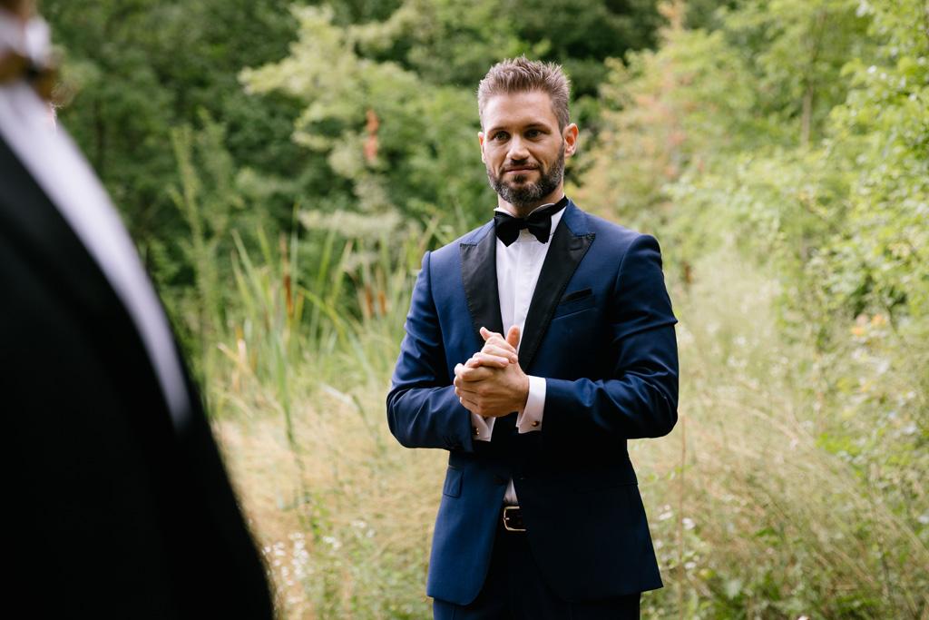 Lo sposo attende la sua donna e nervosamente si strofina le mani