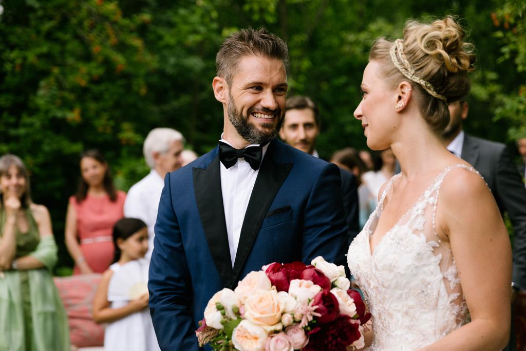 Gli sposi si guardano felici
