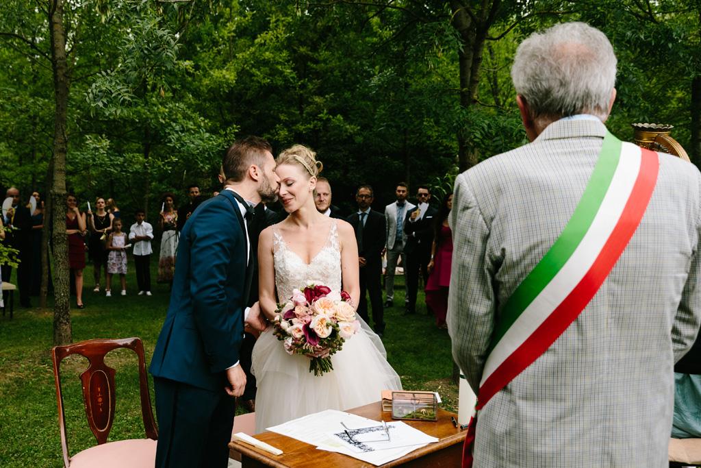 Lo sposo da un tenero bacio alla sposa prima di iniziare il rito civile