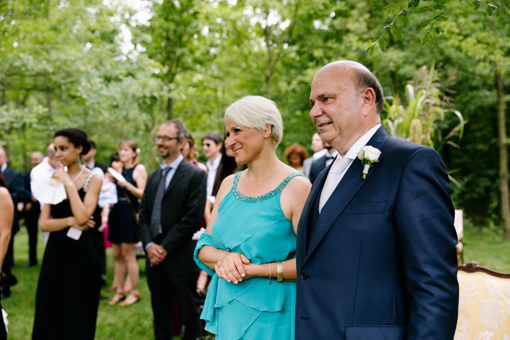 I genitori di Laura guardano gli sposi