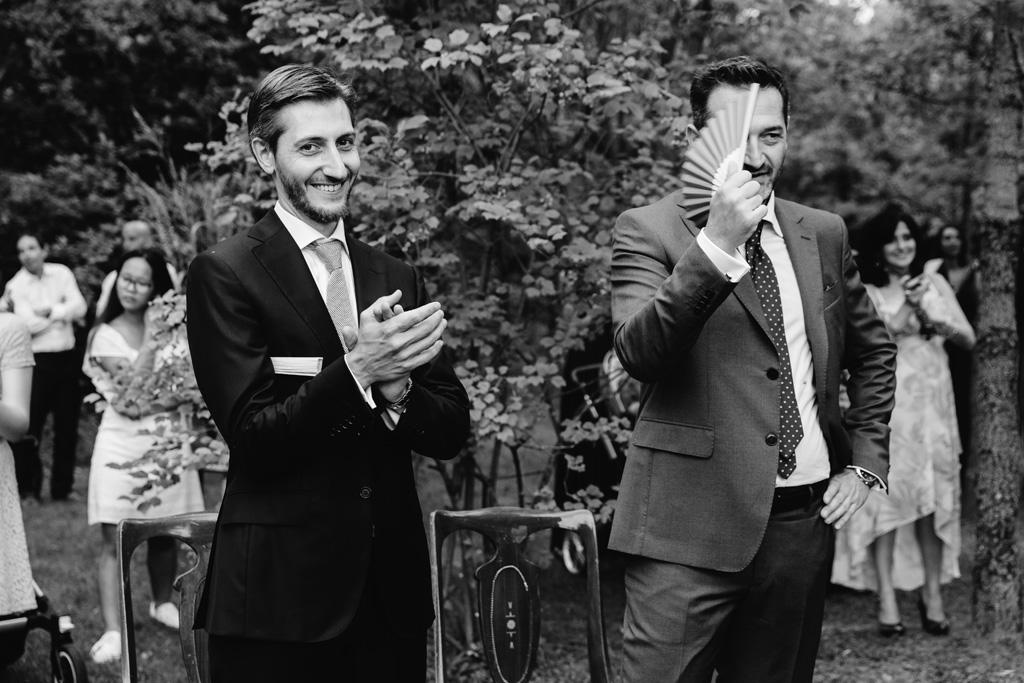 Uno dei testimoni dello sposo si fa aria con il ventaglio