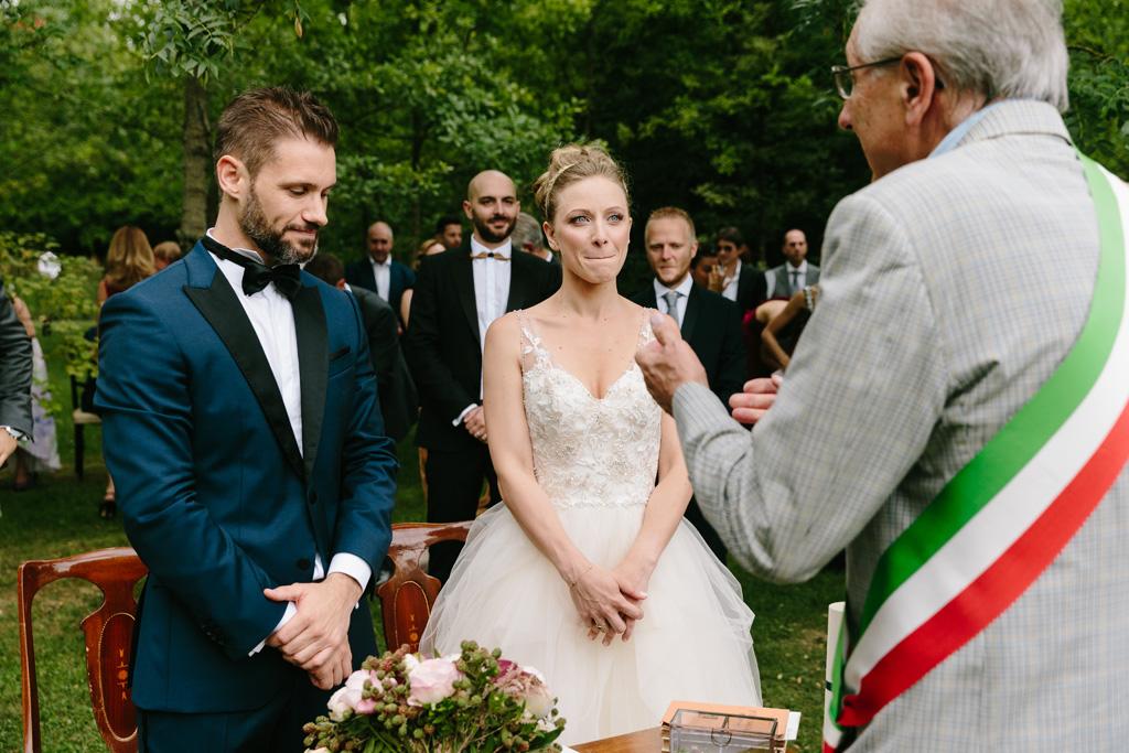Gli sposi ascoltano l'officiante di matrimonio