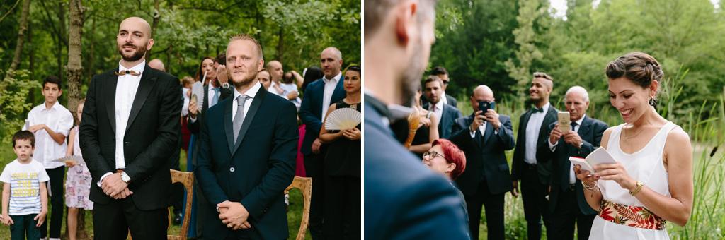 I testimoni della sposa assistono alla cerimonia e un'invitata legge un discorso