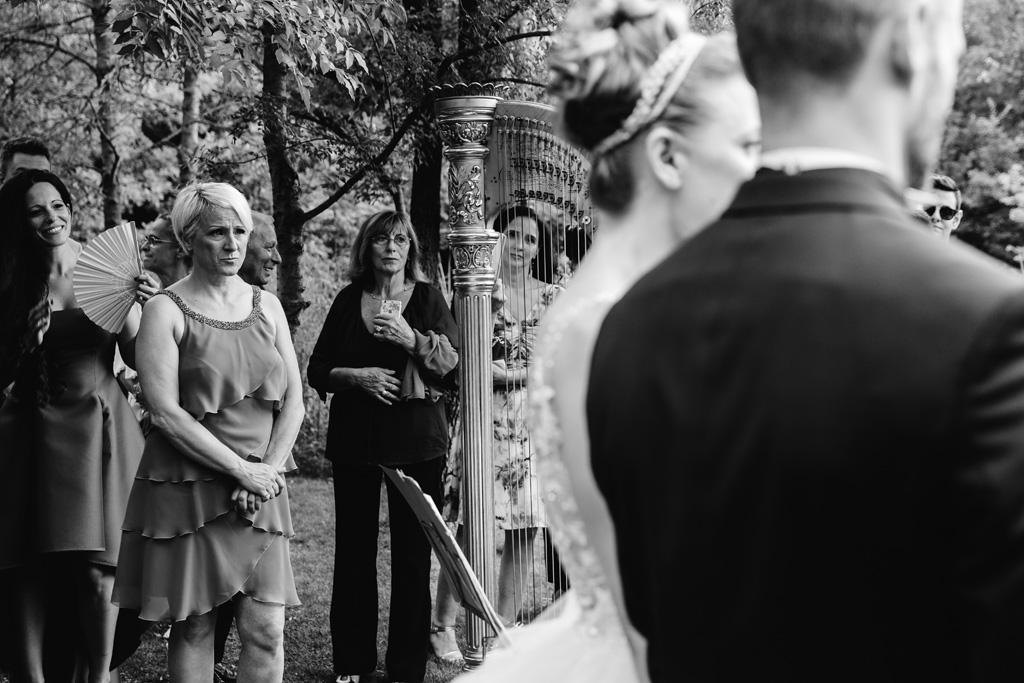 La mamma della sposa si commuove durante la cerimonia
