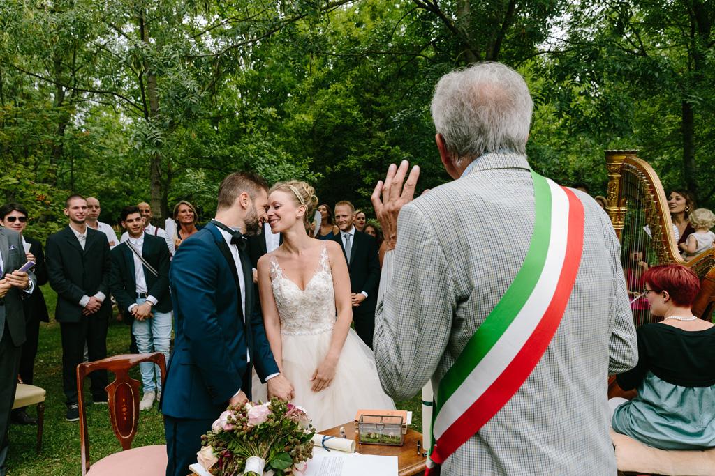 Gli sposi si scambiano tenere effusioni durante la cerimonia
