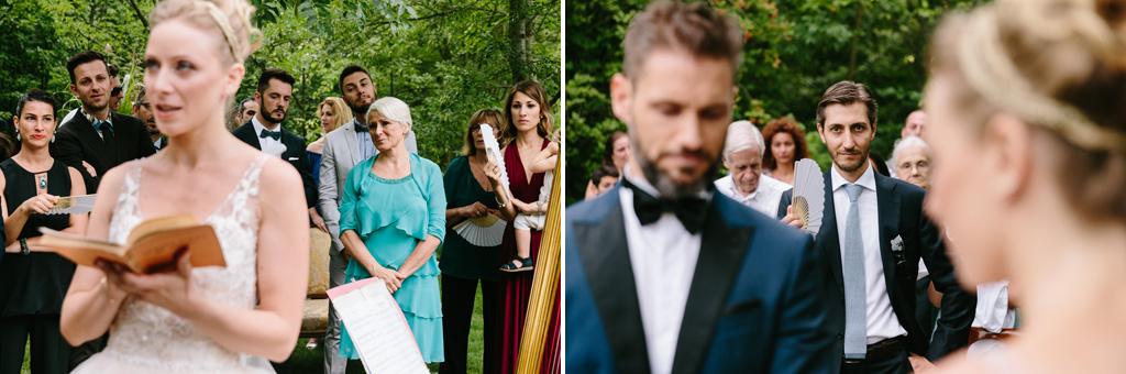 Invitati e testimoni osservano gli sposi mentre pronunciano le loro promesse