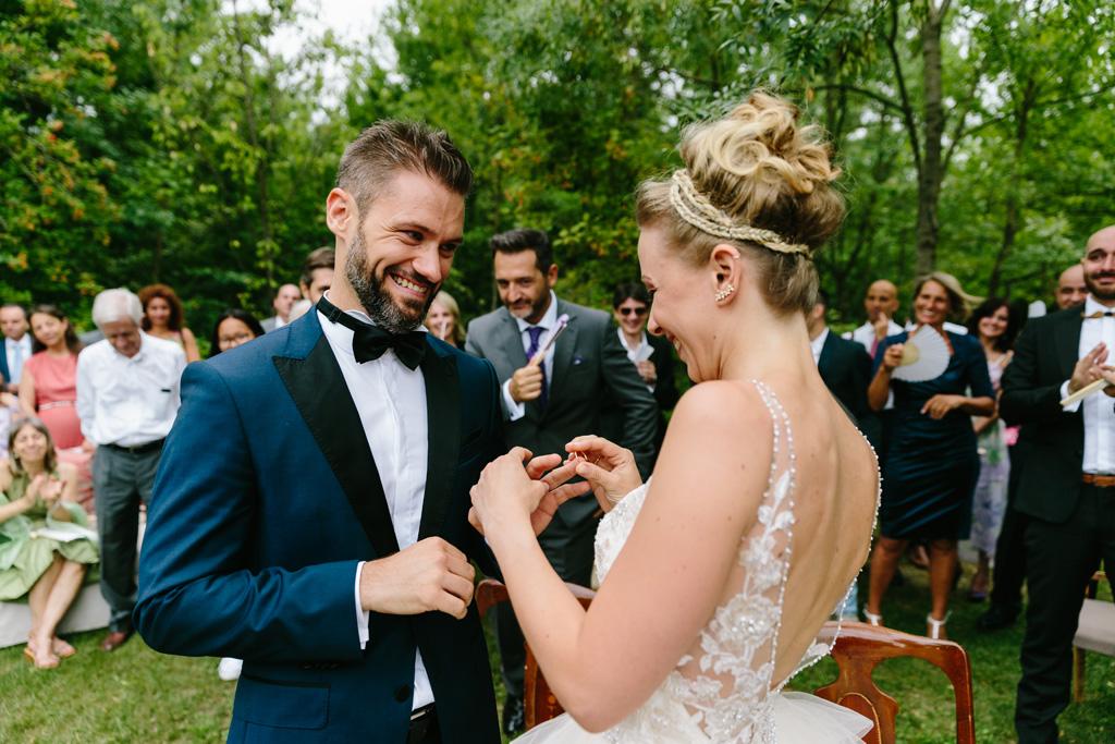 Matteo e Laura si scambiano felicemente gli anelli