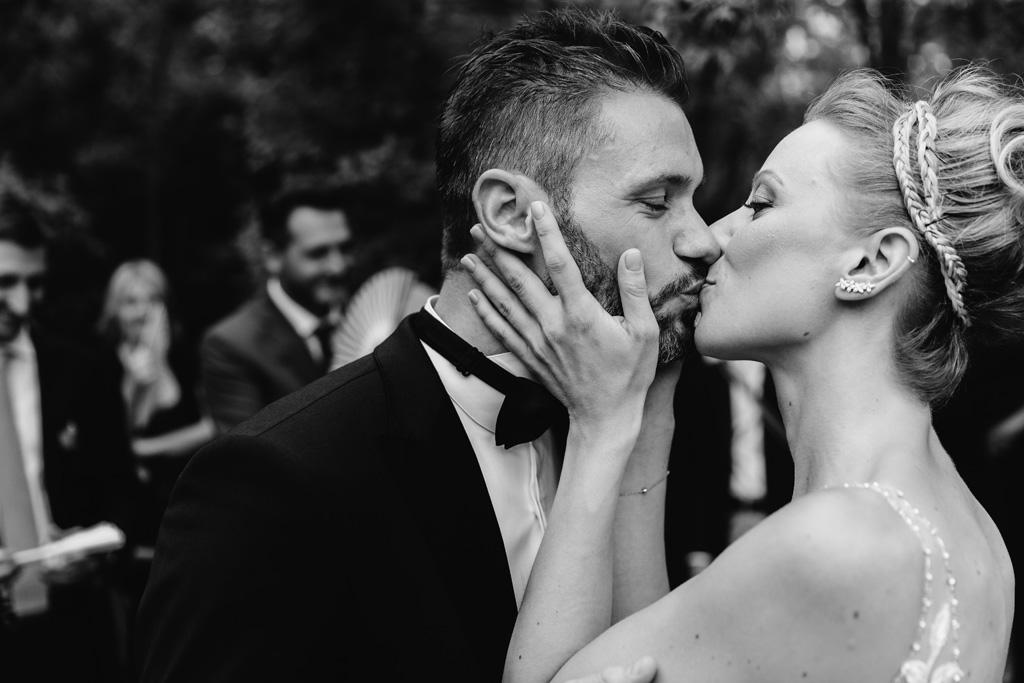 Bacio degli sposi al termine della cerimonia