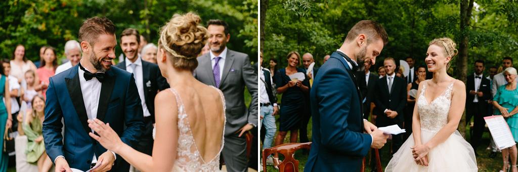 Lo sposo legge le sue promesse alla sposa