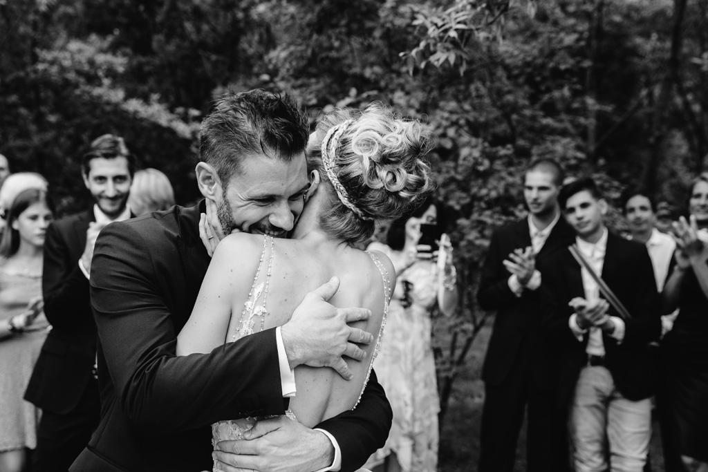 Matteo e Laura si abbracciano colmi di gioia