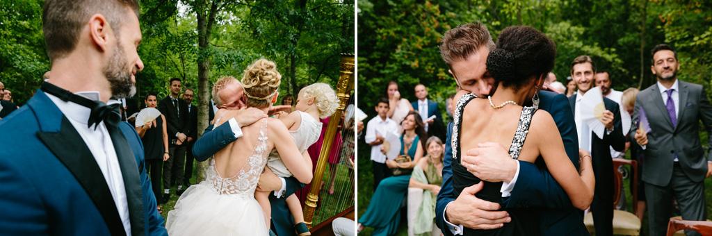 Gli invitati e i testimoni abbracciano gli sposi