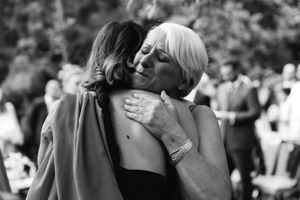 La mamma della sposa abbraccia commossa un'amica della sposa