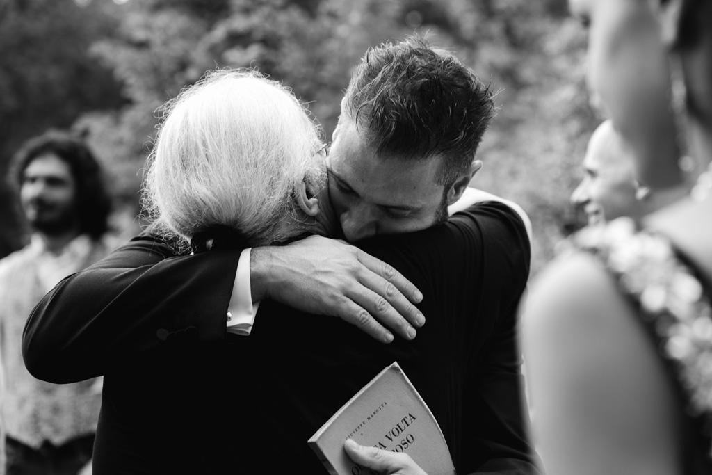 Lo sposo abbraccia teneramente la nonna