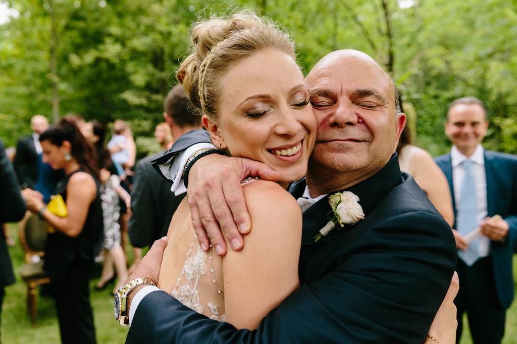 Laura e il padre in un tenero abbraccio