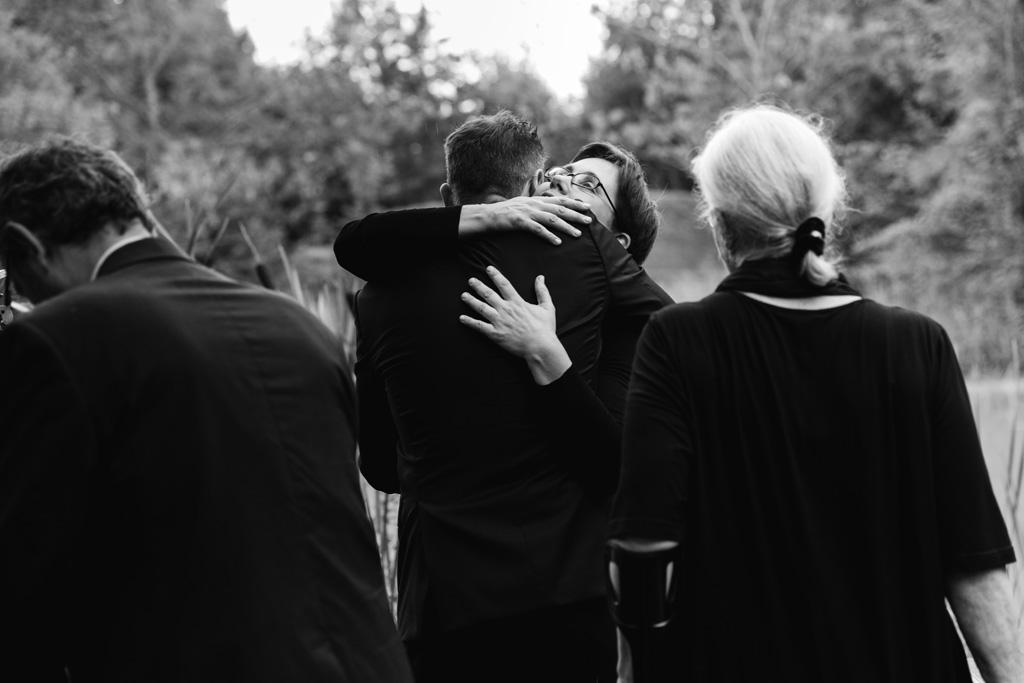 Lo sposo abbraccia una parente