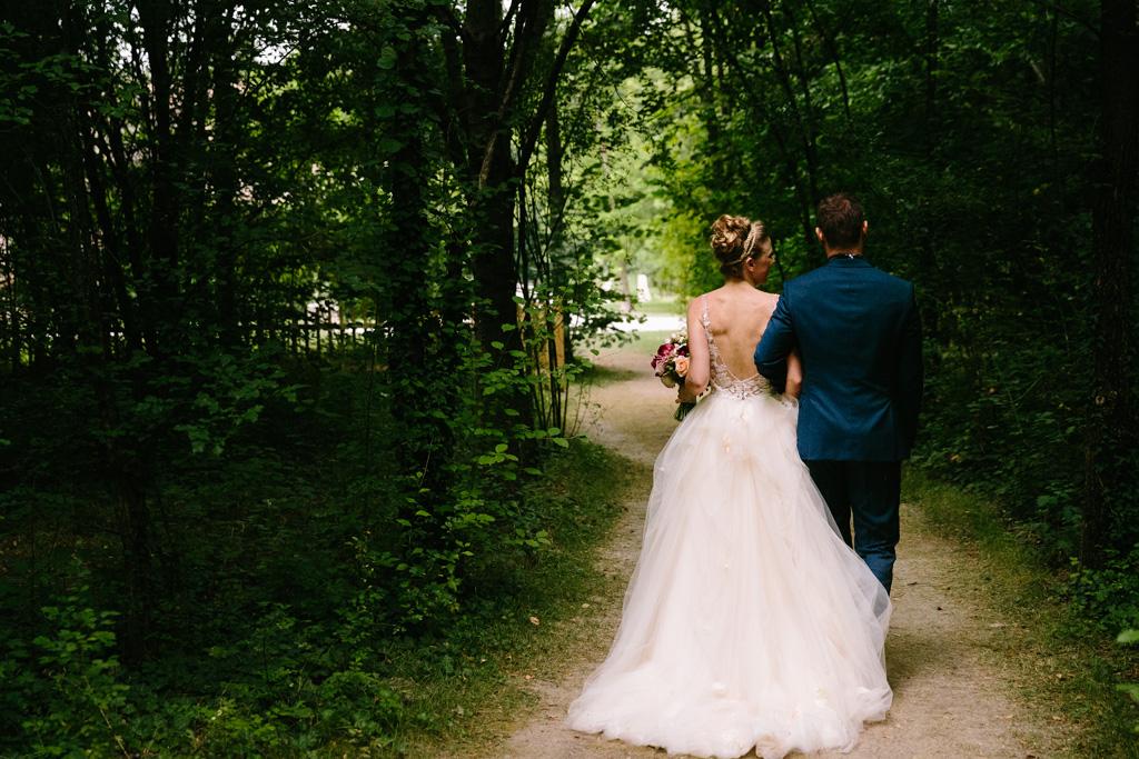 Gli sposi a braccetto lasciano il giardino del ricevimento
