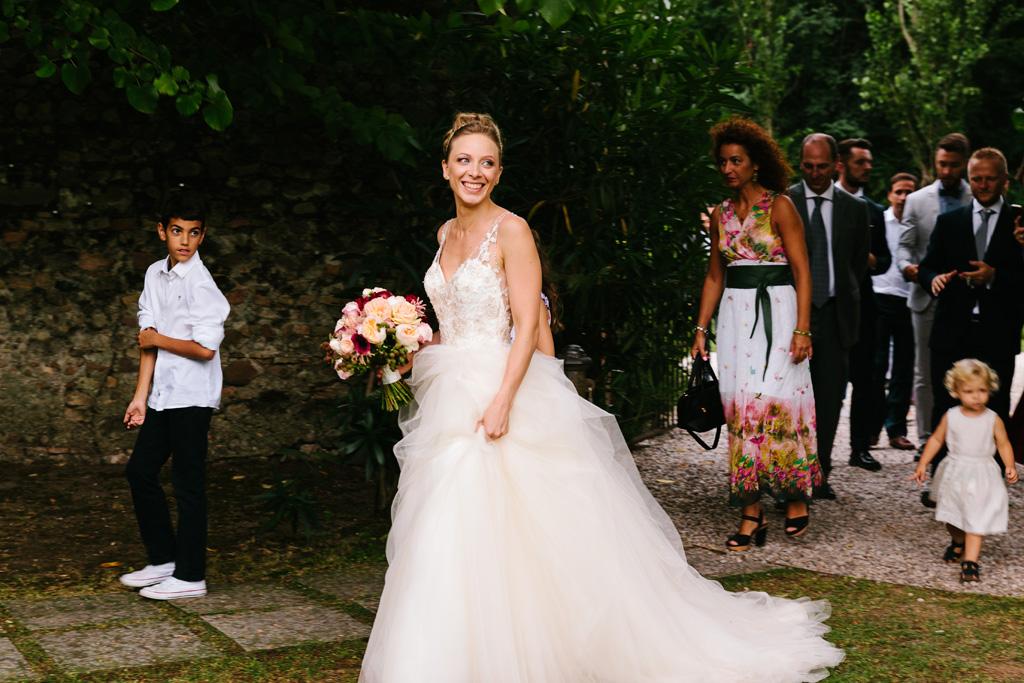 La sposa guarda felice e gli invitati