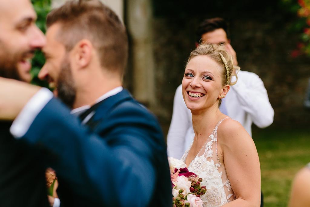La sposa guarda gli invitati sorridente