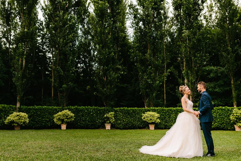Foto di coppia di Matteo e Laura nel giardino del Convento dell'Annunciata