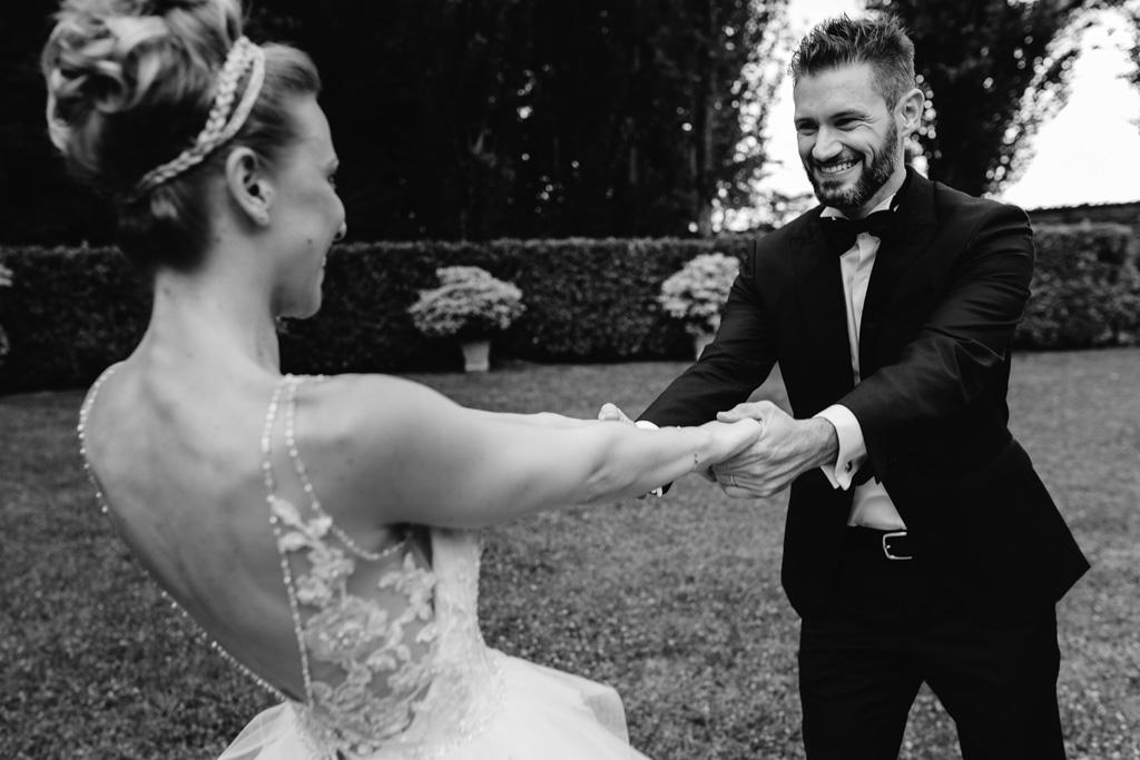 Gli sposi ballano insieme nel giardino