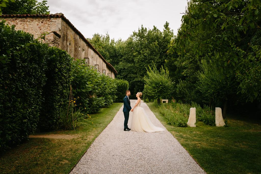 Foto di coppia nello splendido viale del Convento dell'Annunciata di Medole