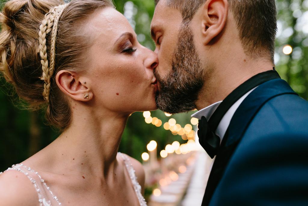 Bacio tra gli sposi Matteo e Laura