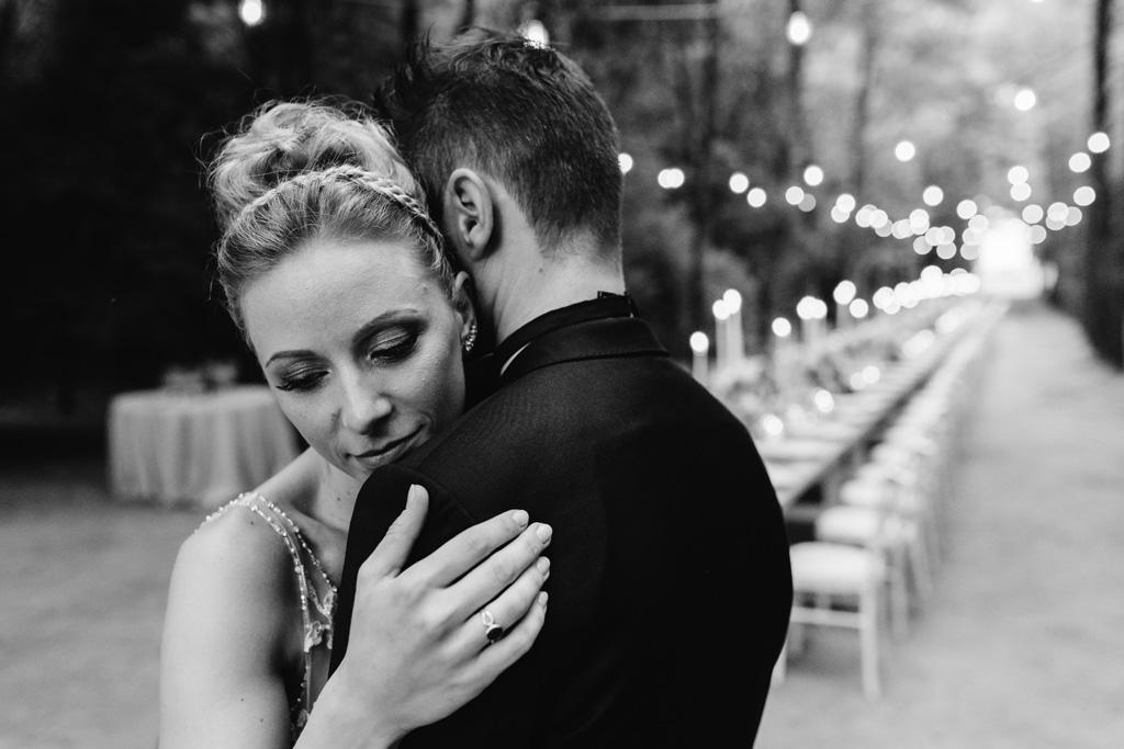Abbraccio degli sposi in bianco e nero