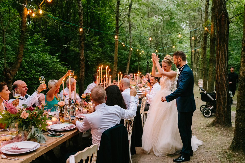 Gli invitati brindano agli sposi