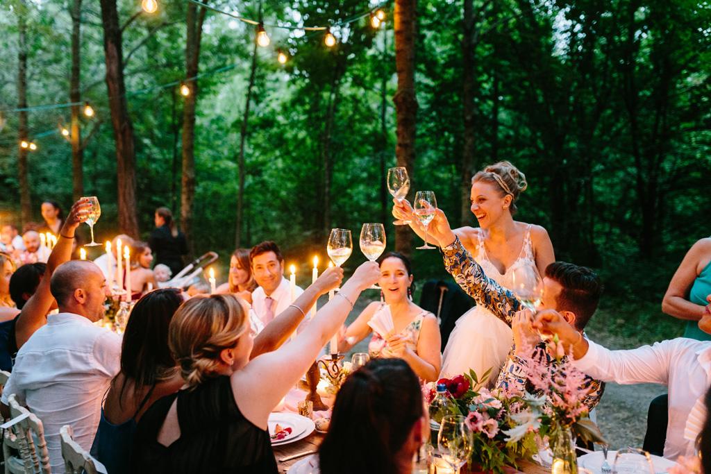 La sposa brinda con gli invitati
