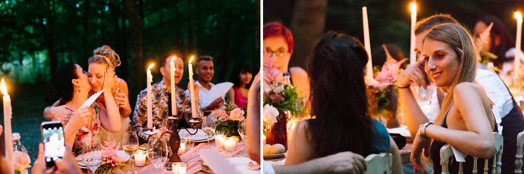 Gli invitati parlano e baciano la sposa
