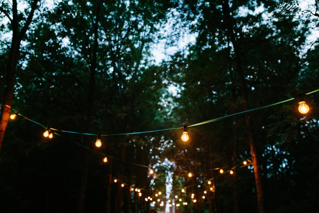 Luci country chic illuminano il tavolo della cena di nozze