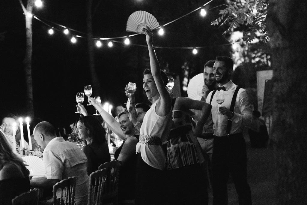 Gli ospiti del matrimonio di Laura e Matteo esultano e brindano