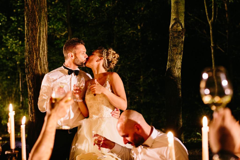 Gli sposi si baciano durante il ricevimento