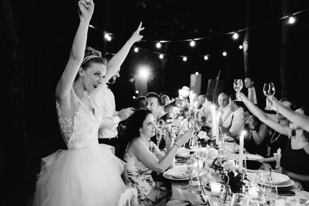 La sposa esulta e gli invitati brindano