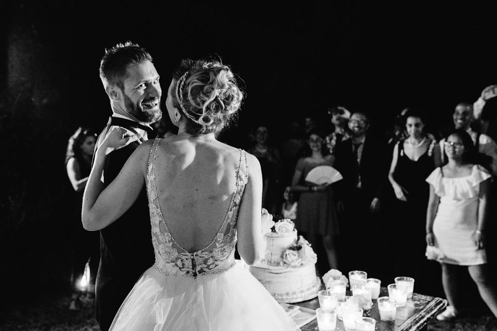 Lo sposo ride guardando il fotografo