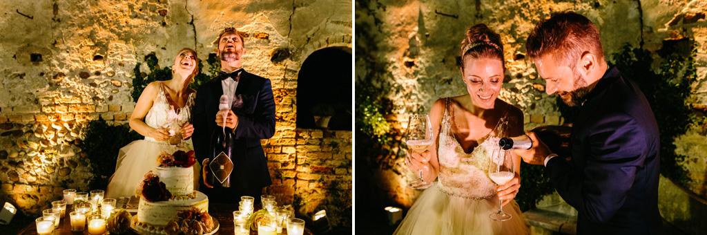 Gli sposi guardano il tappo in aria dopo aver stappato la bottiglia, che lo sposo versa nei bicchieri