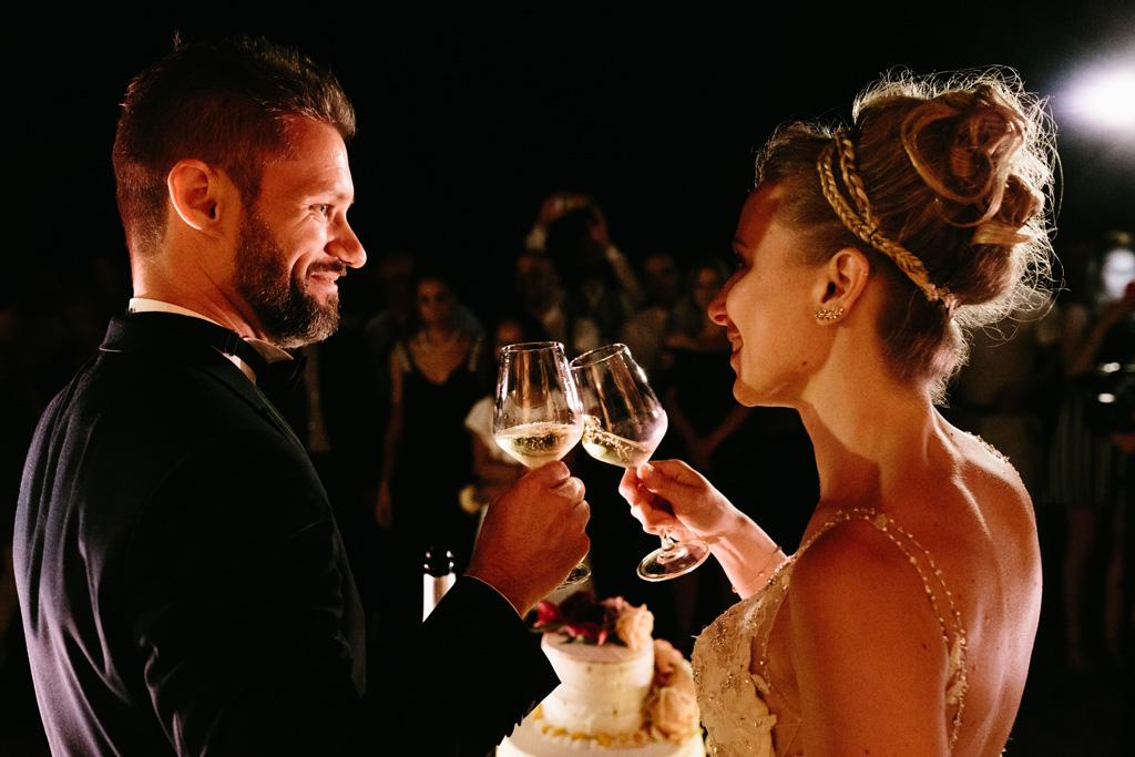 Gli sposi brindano dopo il taglio della torta