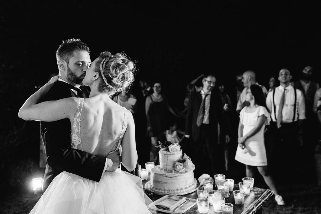 Gli sposi si baciano dopo il taglio della torta