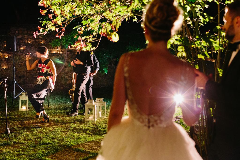 Gli sposi ascoltano le canzoni cantate dalla band