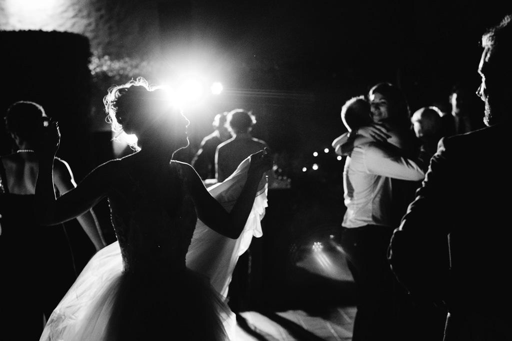 Sposi e invitati ballano sulle note della musica nel Convento dell'Annunciata