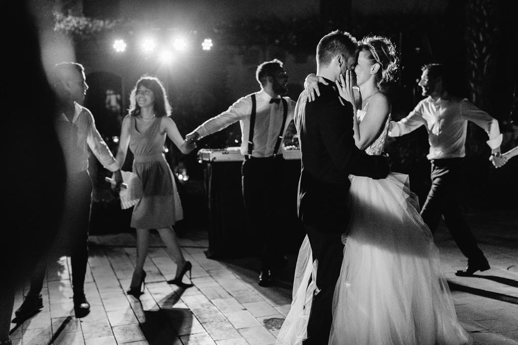 Il primo ballo degli sposi mentre gli invitati ballano intorno a loro a cerchio