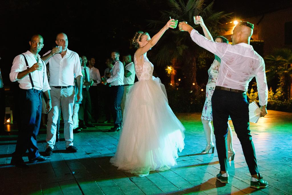 La sposa brinda con gli invitati durante i balli