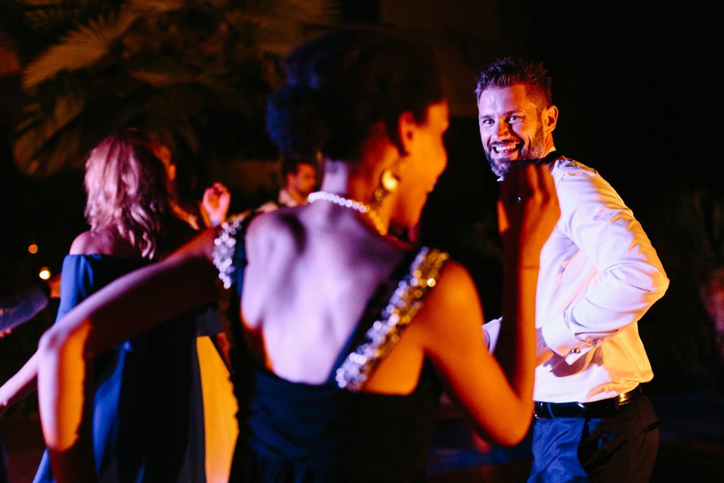 Lo sposo si lancia in balli scatenati tra le luci colorate del Convento dell'Annunciata