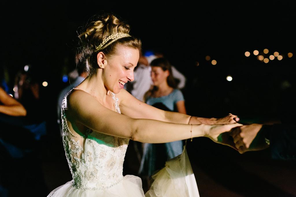 La sposa balla felice con amici