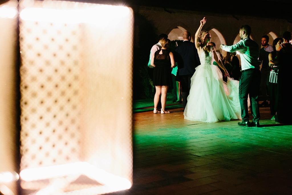 Laura e Matteo ballano insieme divertendosi sotto le luci verdi del Convento dell'Annunciata