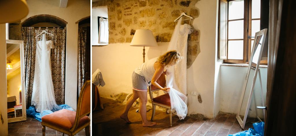 L'abito della sposa appeso nella camera d'albergo in Toscana