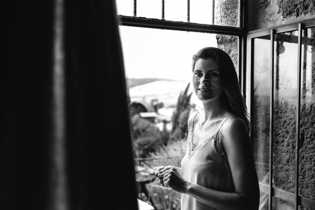 Ritratto della sposa alla finestra della sua camera d'albergo